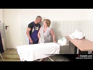 Notgeiler handwerker fickt nachbars oma pervers durch