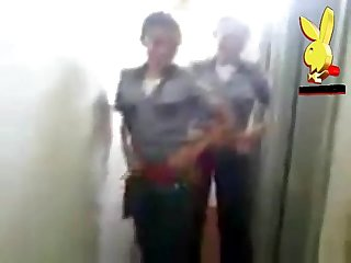 Mujeres policias uniformadas y echando desmadre mostrando tanga