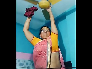 Maid aunty cleaning and showing her big fat desi hip in saree
