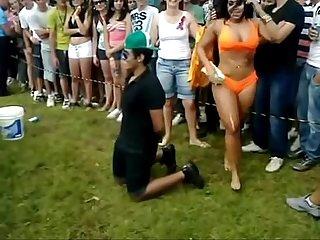 Apanhando da namorada em apresentao da garota tanto